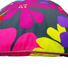 Perna decorativa cu model floral multicolor pe fond inchis