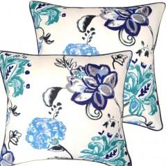 Perna decorativa cu model floral albastru pe fond alb