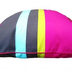 Perna decorativa cu dungi colorate pe fond inchis