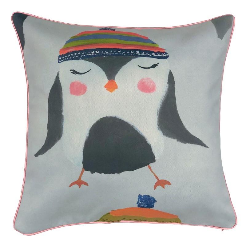 Perna decorativa moderna cu pinguin cu caciula colorata