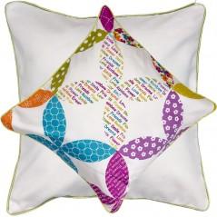 Perna decorativa cu 2 fete cu design vesel si scris colorat central
