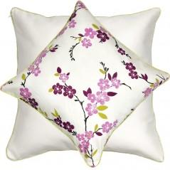 Perna decorativa cu 2 fete bumbac cu flori mov pe fond alb