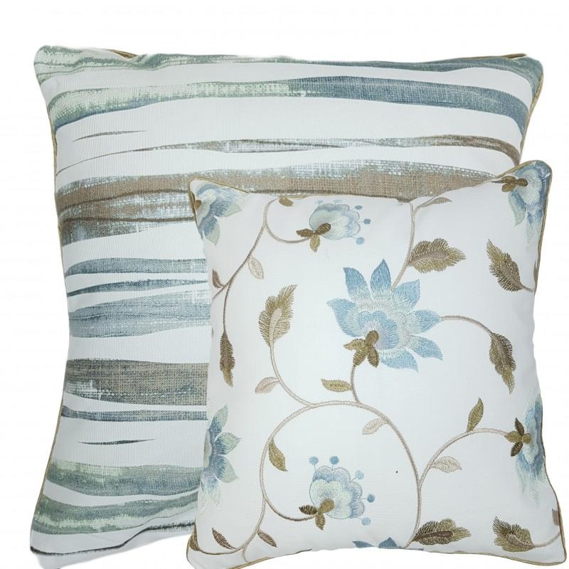 Perna decorativa cu 2 fete flori si dungi alb cu albastru