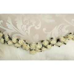 Perna decorativa dreptunghiulara crem cu flori aplicate